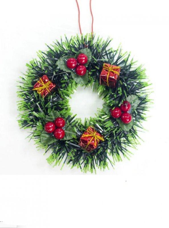 Рождественский венок с ягодами и подарками