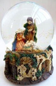 Музыкальный снежный шар. Рождественская сцена