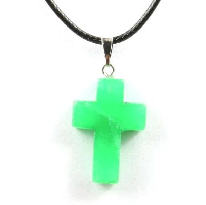 Кулон в виде креста из натурального камня. Зеленый нефрит